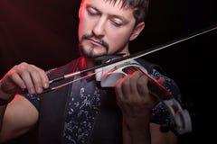 Close-up do homem que joga o violino imagens de stock