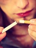 Close up do homem que quebra o apego do cigarro livre Fotos de Stock Royalty Free