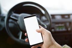 Close-up do homem que usa o smartphone no carro imagem de stock royalty free