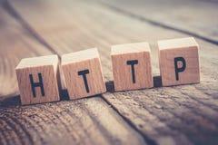 Close up do HTTP da palavra formado por blocos de madeira em um assoalho de madeira imagem de stock