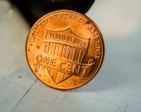 Close-up do lado da cauda da moeda de um centavo na luz solar dourada imagens de stock royalty free