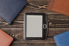 Close-up do leitor de EBook no fundo de madeira Imagens de Stock