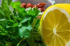 Close-up do limão, dos verdes e dos quadris Foto de Stock