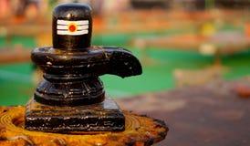 Close up do linga de Shiv, estátua de pedra cinzelada, o símbolo do deus hindu Shiva fotos de stock royalty free