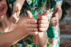 Close-up do mãos criança e mãe Foto de Stock