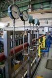 Close up do manômetro industrial Sistema de manômetros para a pressão de gás de medição no sistema de distribuição do gás no enca imagens de stock