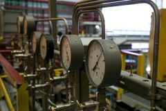 Close up do manômetro Sistema de manômetros para a pressão de gás de medição no sistema de distribuição do gás no gasoduto foto de stock royalty free