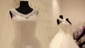 Close-up do manequim com vestido de casamento, assistente de loja que prepara vestidos de casamento para a venda em um boutique n vídeos de arquivo