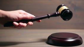 Close up do martelo de madeira da sala do tribunal filme