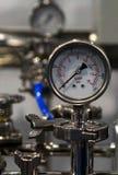 Close up do medidor análogo em uma unidade de fabricação fotos de stock royalty free