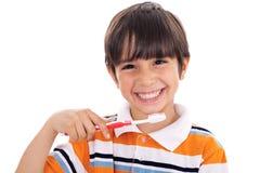 Close up do miúdo bonito que escova seus dentes foto de stock