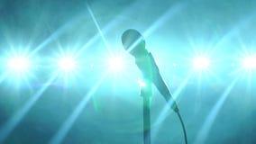 Close-up do microfone na fase na perspectiva da iluminação do concerto vídeos de arquivo