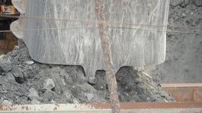 Close-up do minério da carga da cubeta da máquina escavadora no caminhão do descarga-corpo Sector mineiro video estoque