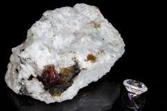 Close-up do mineral natural com os cristais vermelhos do zircão Foto de Stock