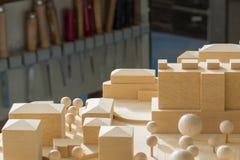 Close-up do modelo de madeira urbanístico com as ferramentas no fundo Imagens de Stock