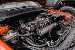 Close-up do motor diesel do carro O mestre repara o carro na garagem Servi?o do carro para o reparo dos ve?culos fotografia de stock