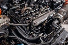 Close-up do motor diesel do carro O mestre repara o carro na garagem Servi?o do carro para o reparo dos ve?culos foto de stock