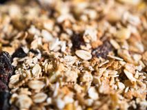 Close-up do muesli crocante com granola e frutos secados imagem de stock