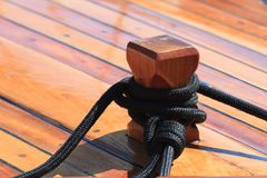 Close up do nó da amarração na plataforma de madeira de um iate Fotografia de Stock