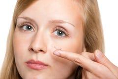 Close-up do olho azul da mulher com aplicação da lente de contato fotos de stock royalty free