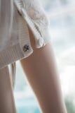 Close-up do pé da boneca com fundo borrado imagem de stock