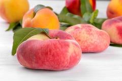 Close-up do pêssego dos figos e nos pêssegos do fundo de variedades diferentes em um fundo branco Fotos de Stock Royalty Free