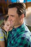 Close-up do pai de abraço da filha bonito Imagens de Stock Royalty Free
