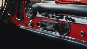 Close-up do painel do painel do carro retro vermelho video estoque