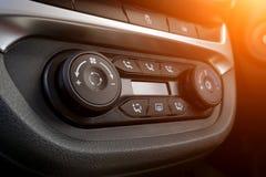 Close-up do painel de controle do clima Interior luxuoso do carro fotografia de stock