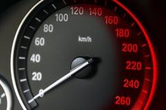 Close up do painel do painel de instrumento do carro com velocímetro visível, detalhes interiores do carro com sinais vermelhos Fotografia de Stock