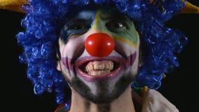 Close-up do palhaço divertido novo que faz as caras engraçadas video estoque