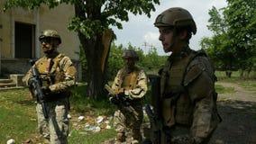 Close up do pelotão que escuta ordens do comandante durante a instrução antes da operação militar video estoque