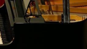 Close up do piano que está sendo jogado video estoque