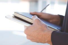Close up do planeamento novo do homem de negócios com caderno imagem de stock