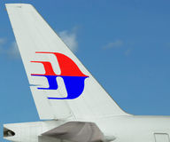 Close-up do plano de Logo Malaysia Airlines. Céu azul. Fotos de Stock
