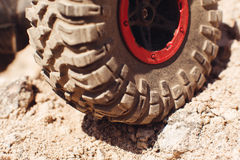 Close up do pneu do caminhão 4x4 na trilha da rocha Fotos de Stock