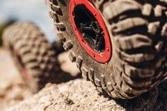 Close up do pneu do caminhão 4x4 na trilha da rocha Imagens de Stock