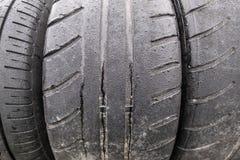 Close up do pneumático da tração, velho e molhado fotografia de stock royalty free