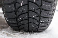 Close up do pneumático do inverno na estrada Fotos de Stock