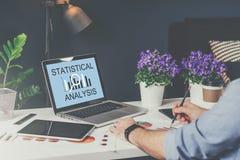Close-up do portátil com análise estatística da inscrição na tela Na tabela é a tabuleta digital, gráficos de papel Imagens de Stock