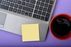 Close up do portátil com café & bloco de notas Imagem de Stock Royalty Free