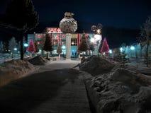 Close-up do prédio de escritórios. Decorações do Natal. Foto de Stock