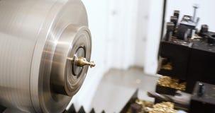 Close up do processo da solda do eixo helicoidal do metal da operação de máquina video estoque