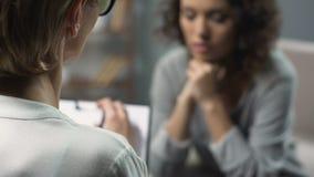 Close-up do psicólogo fêmea que tem a sessão com sua saúde paciente, mental vídeos de arquivo