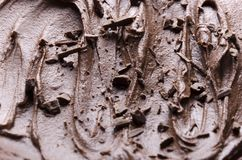 Close up do pudim de chocolate e dos pedaços de chocolate sobre ele Fundo do doce do chocolate fotografia de stock royalty free