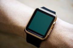 Close up do pulso do smartwatch do modelo imagens de stock