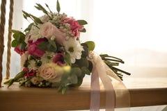 Close-up do ramalhete do casamento no balanço interno no foco seletivo do fundo romântico do casamento fotos de stock