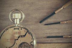 Close-up do relógio de bolso do maquinismo de relojoaria com chaves de fenda Imagens de Stock