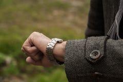 Close up do relógio e da mão Imagens de Stock