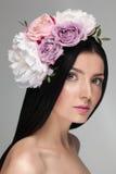 Close up do retrato de uma menina modelo bonita nova com pele brilhante perfeita foto de stock